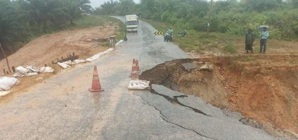 德林达依省高当-博宾高速公路发生路面坍塌