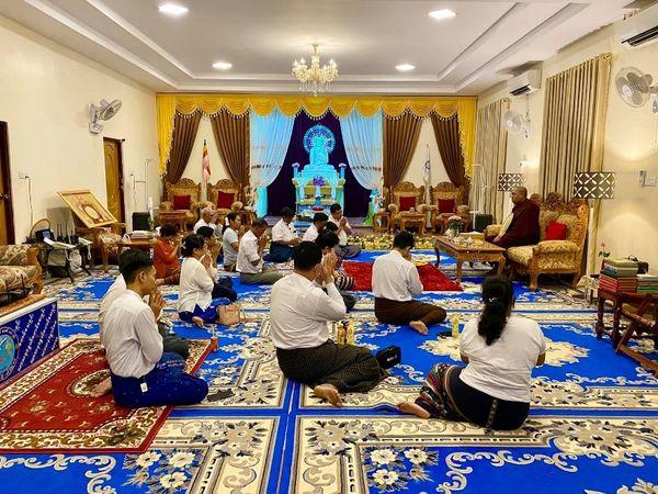 国务资政杜昂山素季向孟邦高僧敬献1200件袈裟