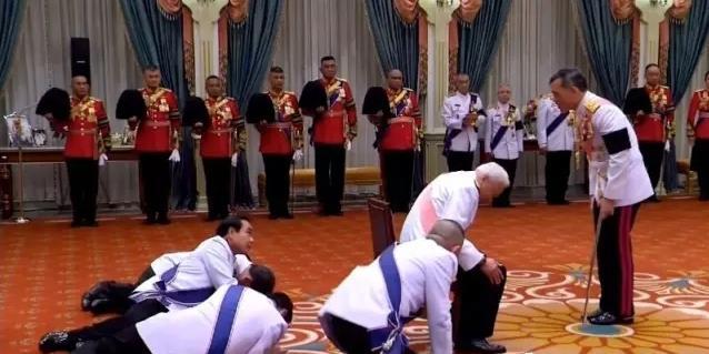 泰国跪拜新国王 泰式大礼跪姿网上爆红!