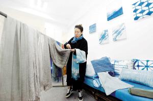 云南90后指尖艺术家 将传统扎染与现代设计融合