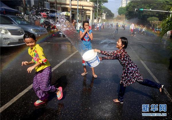 缅甸:欢庆泼水节