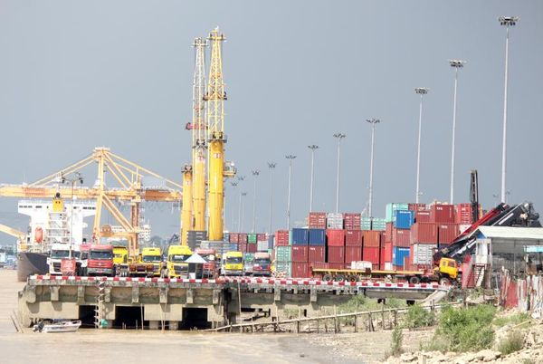 在本财年六个半月中,缅甸对外贸易比去年同期下降了约30%