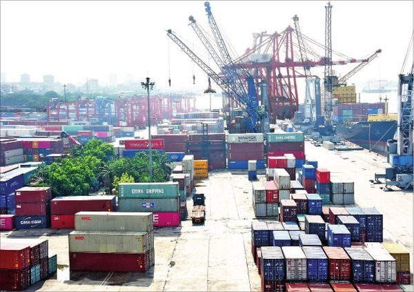 仰光港口正常处理进出口货柜业务